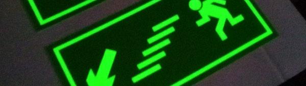 Etiquetas fotoluminiscentes para señalización de emergencia en interiores y exteriores. Indelebles. Homologadas