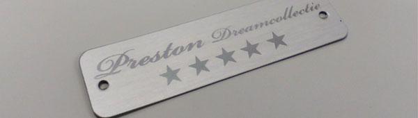 Emblema aluminio anodizado grabado. Logo brillante en alto relieve. Sin adhesivo. Mecanizados interiores.