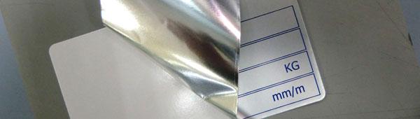 Detalle de la parte adhesiva de los adhesivos metálicos en aleación de aluminio