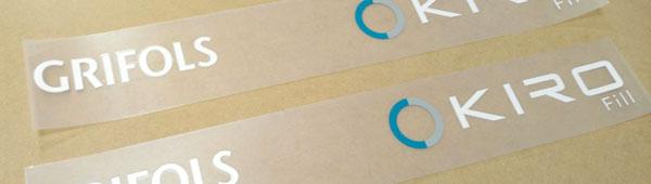 Etiqueta adhesiva de poliéster impresa por serigrafía, troquelada con transferidor para colocación