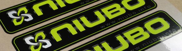 Las etiquetas adhesivas de poliéster se troquelan en plotter de corte. Entrega en formatos.