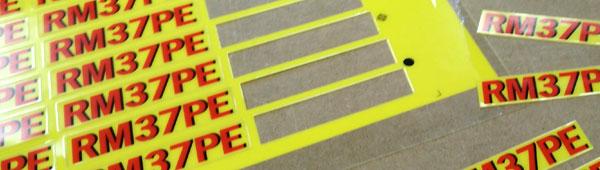 Fabricamos etiquetas adhesivas y adhesivos para uso industrial sobre diferentes soportes y plásticos técnicos.