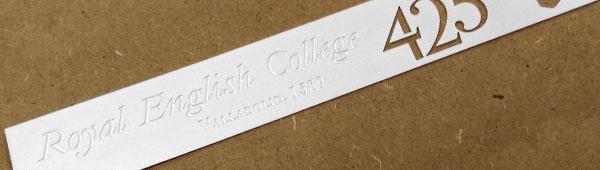 Placa latón matizada, grabada en bajo relieve, corte interior al ácido