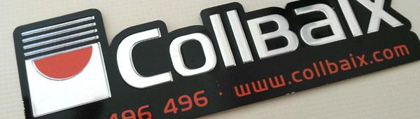 Lettering metálico adhesivo en aluminio anodizado. Corte con troquel de matricería dos fases: relieve color aluminio natural y corte exterior. Impresión indeleble por serigrafía.
