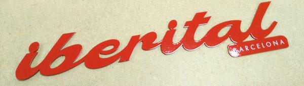 Lettering adhesivo en acero inoxidable. Corte laser. Esmaltado en rojo. Impresión digital indeleble en blanco