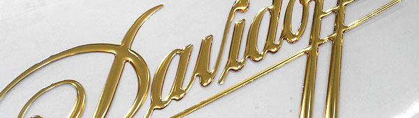 Tipografía 3d en resina de poliuretano sobre poliéster acabado oro cromado
