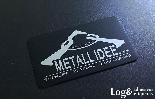 Logotipo metálico plano tinta mate sobre fondo brillo