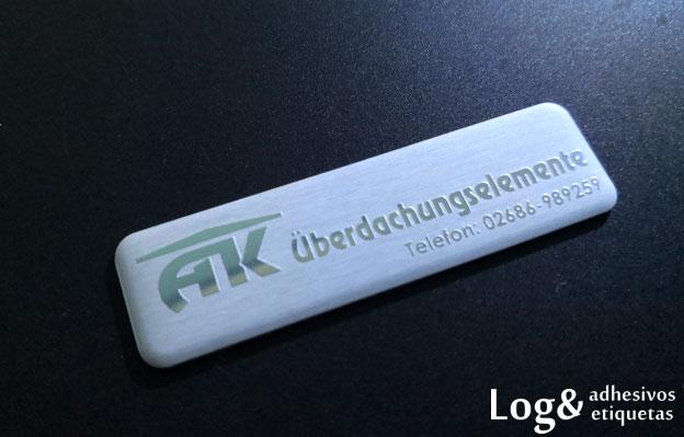 Logo metálico acabado grabado en brillo