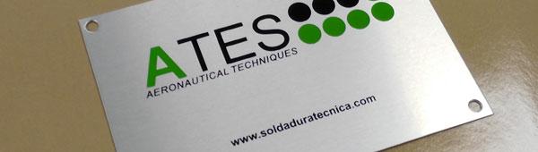Etiqueta metálica adhesiva fabricada en aluminio anodizado acabado mate impresa digitalmente