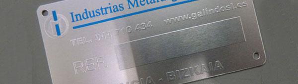 Placas de aluminio grabadas en alto relieve, contraste brillo mate