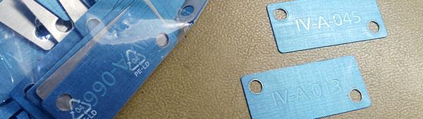 Placas numeradas en acero inoxidable grabadas en bajo relieve