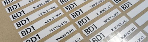 Etiquetas adhesivas personalizadas con numeración variable en poliester y pvc